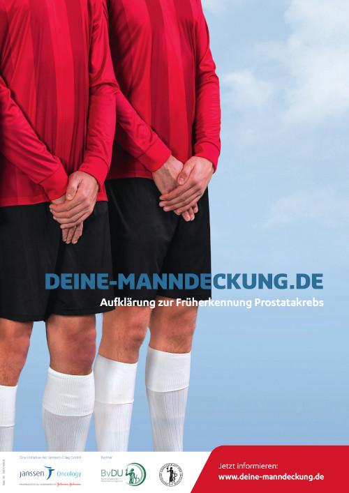 Stehende Fußballer schützen ihre Hoden mit den überkreuzten Händen. Infotext: DEINE-MANNDECKUNG.DE - Dein Anstoß zur Früherkennung