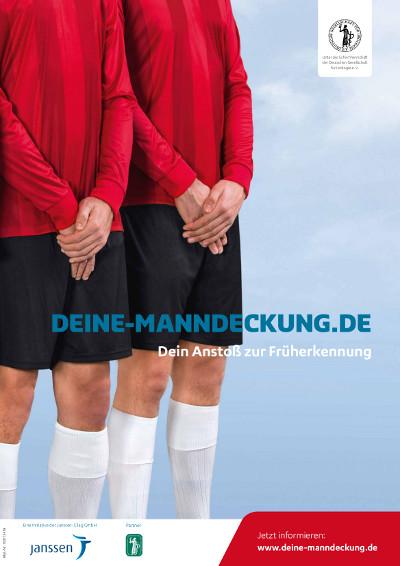 2 stehende Fußballer schützen ihre Hoden mit den überkreuzten Händen. Infotext: DEINE-MANNDECKUNG.DE - Dein Anstoß zur Früherkennung