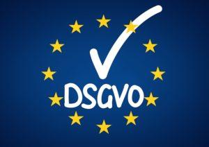 """EU Sterne auf blauem Grund . Schriftzug: """"DSGVO"""", abgehakt."""