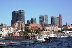 Die Neue Skyline von Hamburg, alias Hafenkrone - mit Empire Riverside Hotel, DWI-Turm und Atlantic-Haus, im Hintergrund die Tango-Türme an der Reeperbahn.