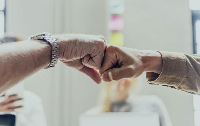 Zwei Fäuste treffen zur Bekräftigung aufeinander