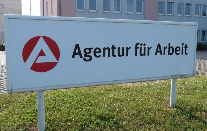 Schild der Agentur für Arbeit