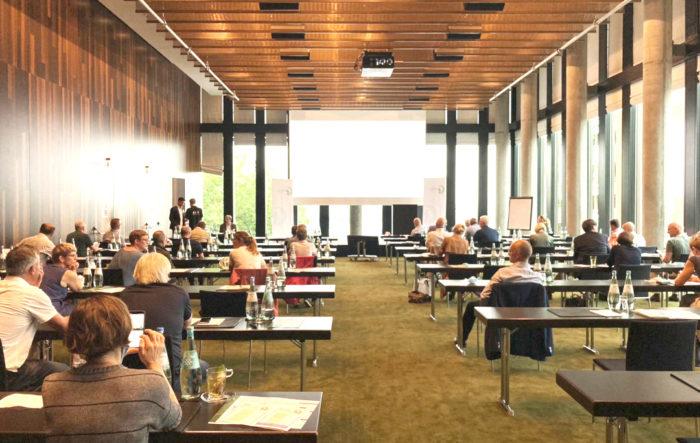 Blick über die Teilnehmer von hinten durch einen Veranstaltungsraum