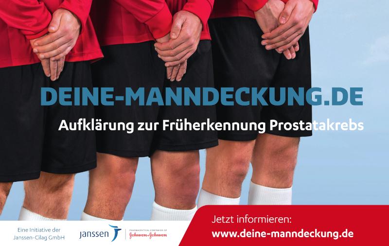 tehende Fußballer schützen ihre Hoden mit den überkreuzten Händen. Infotext: DEINE-MANNDECKUNG.DE - Dein Anstoß zur Früherkennung